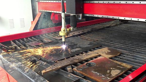 Quá trình oxy hóa xảy ra cực mạnh cùng dòng điện liên tục sẽ tạo ra dòng plasma nhiệt độ cực cao có khả năng cắt được kim loại
