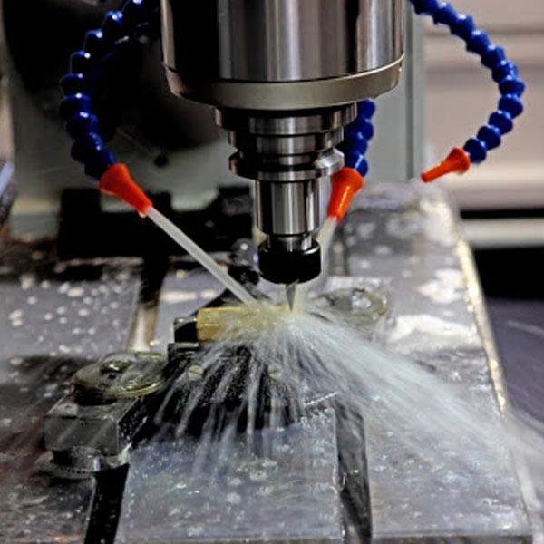Tiến hành gia công kim loại bằng máy CNC