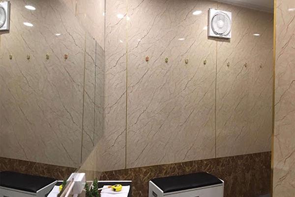 Tấm ván nhựa PVC ốp tường vân đá sẽ phù hợp với nhà vệ sinh vì mang các đặc tính chống thấm, chống ẩm mốc
